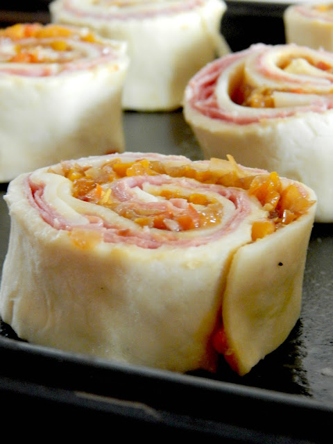 Philly Cheesteak Pinwheels...roast beef, melty cheese, peppers, onions and a sweet glaze all wrapped up in buttery puff pastry.  An easy party appetizer! (sweetandsavoryfood.com)
