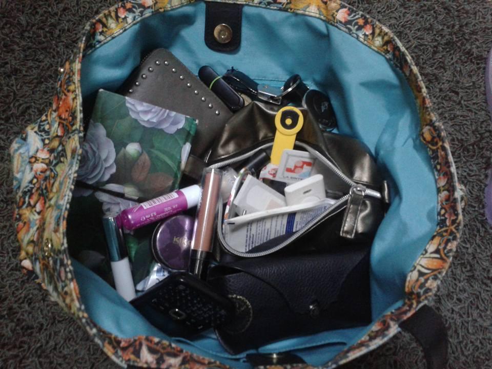 51f03f3c5a Come potete vedere Nicoletta dice che la sua borsa è incasinata. Di solito.  Mica sempre però!