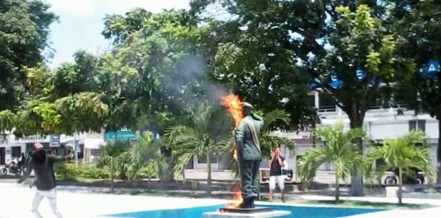 queman-y-destruyen-estatua-de-chavez-en-la-villa-del-rosario-fotos
