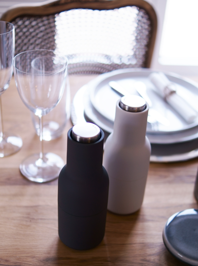 Blog + Fotografie by it's me! | fim.works | Nützliches und Schönes in den Farben der Hamptons | Gewürzmühlen von Menu auf gedecktem Tisch