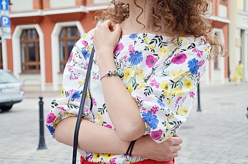 kręcone włosy, wrocław, 10 faktów o mnie, bluzka hiszpanka, czerwone szorty, stylizacja, outfit, blog, zakreecona, zakreecona.pl