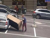 Kocak, Pria Ini Coba Masukkan Sofa ke Dalam Mobilnya