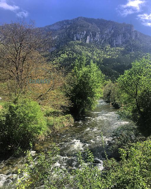Rivière Aude qui traverse le village d'Axat