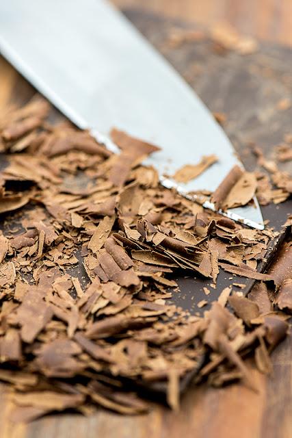 Nastrgana temna čokolada od blizu