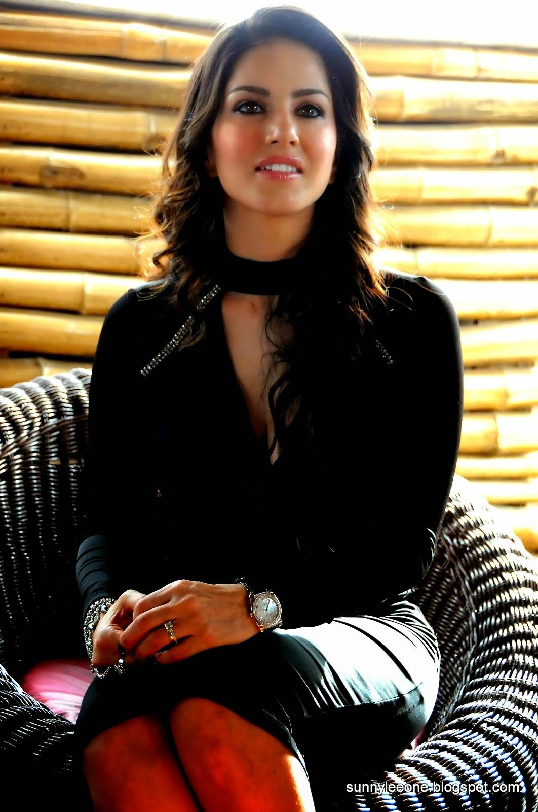 Sunny Leone Super Sexy Sunny Leone Cleavage And Legs Show -4598