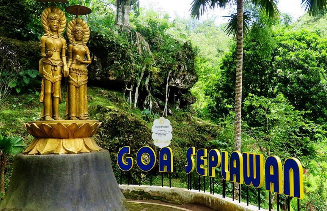 Patung replika Dewa Siwa dan Parwati