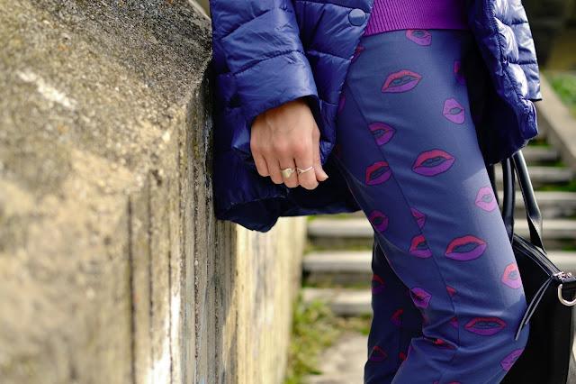 VZOROVANÉ NOHAVICE A PREŠÍVANÁ BUNDA_Katharine-fashion is beautiful_Modrá prešívaná bunda_Fialový rolák_Katarína Jakubčová_Fashion blogger
