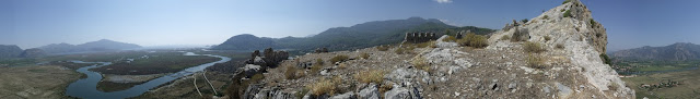 Древний город Кавн провинция Мугла Турция  Кавн (карийск. kbdynš, греч. Καΰνος, англ. Kaunos, Каунос) — античный город в Карии. В настоящее время сохранились его руины в провинции Мугла (Турция), недалеко от современного города Дальяна.  Большая часть города располагался на западном берегу реки Калбис (Calbis), служившей границейКарии с Ликией. Находясь в пределах Карии[3], город тем не менее не принадлежал к карийским или греческим колониям. Заселявший его народ отличался от окружающих племен.  Согласно древнегреческому мифу, город основал Кавн, сын Милета, который бежал в здешние края из-за трагических отношений со своей сестрой Библис. Город Милет в древности был карийским, что указывает на родство народа Кавна с карийцами. Геродот, уроженец Галикарнаса в Карии, так писал про жителей Кавна следующее:  «Что до кавниев, то они, мне думается,- исконные жители; сами же они тем не менее считают себя пришельцами с Крита. Похож ли их язык на карийский или, наоборот, карийский схож с кавнийским, я не могу это точно решить. По обычаям же они сильно отличаются не только от карийцев, но и от всех прочих народов.»  Кавн оказал сопротивление полководцу персидского царя Кира Гарпагу, но был покорен в 540-х гг. до н. э.  Кавн — родина великого скульптора Протогена.   Современное название — Дальян.   Восточная часть Кавна — в пределах Ликии.