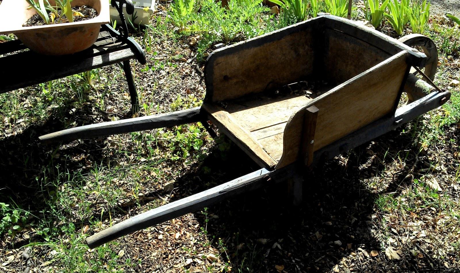 Ancienne brouette en bois de jardin art populaire jardiniere provence - Brouette en bois de jardin ...