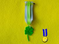 Medalla de fimo de un trébol de cuatro hojas