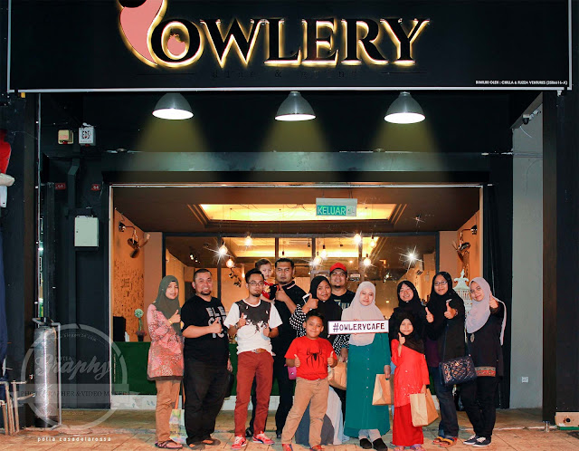 Bergambar Kumpulan dengan rakan-rakan serta pemilik Owlery Cafe