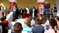 Τρία παιδιά λιποθύμησαν σήμερα κατά τη διάρκεια του αγιασμού και της πρώτης ημέρας των μαθητών στο σχολείο, στο 1ο Δημοτικό σχολείο Καστοριά...