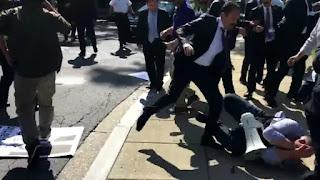 Miembros del cuerpo de seguridad de Recep Tayyip Erdogan atacaron a un grupo de personas que sostenían una bandera del partido kurdo. El hecho sucedió en las afueras de la casa del embajador kurdo en Washington D.C.
