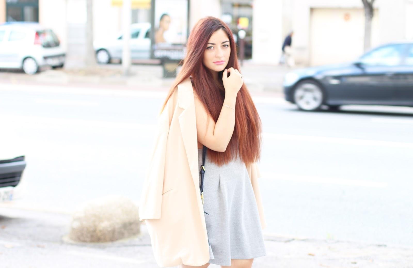 look pastel Robe néoprène grise & veste rose poudrée