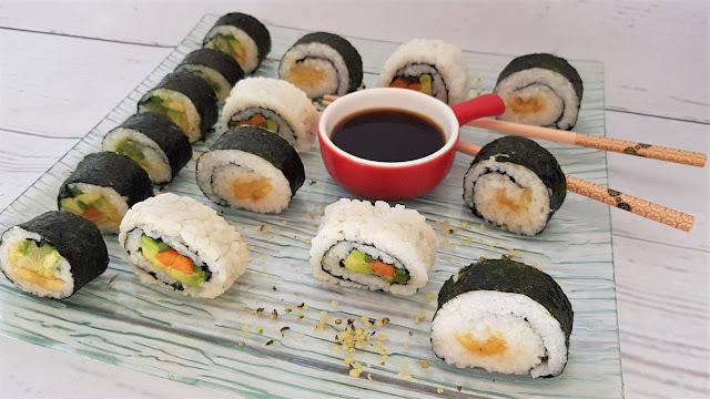 Sushi vegano casero relleno de fruta y verdura