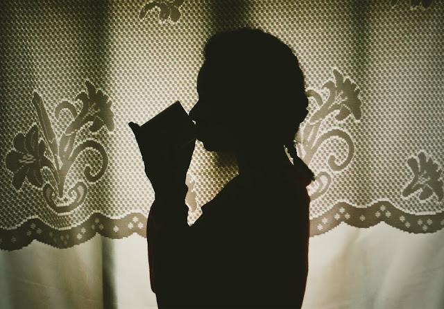 foto de menina bebendo café