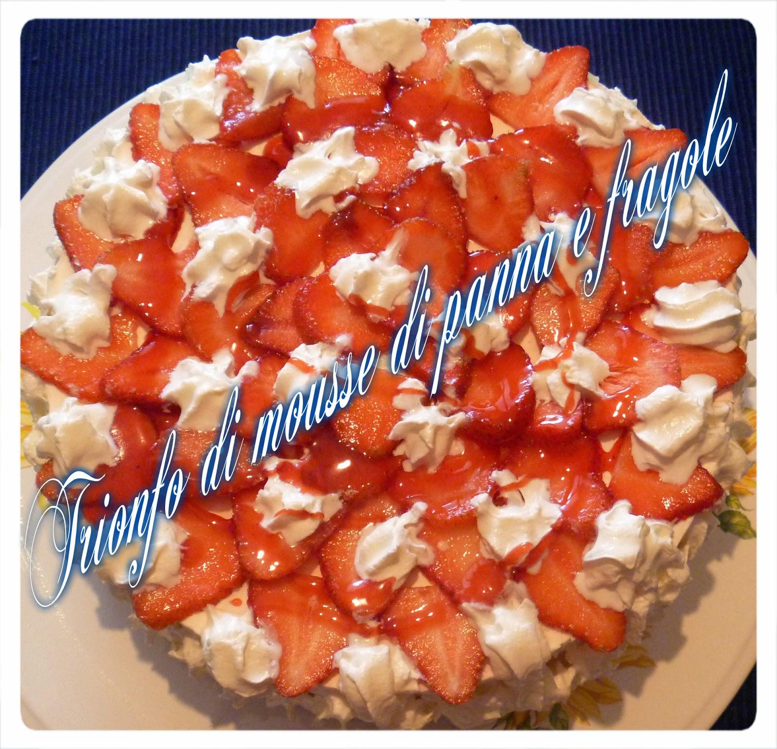 Immagine del dolce Trionfo di mousse di fragole e panna su base di biscotto croccante dal blog Mezzogiorno di cuoco
