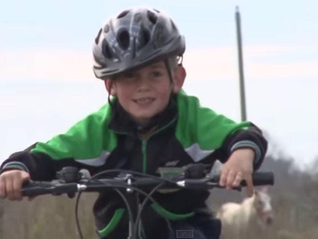 El chico con su bicicleta nueva