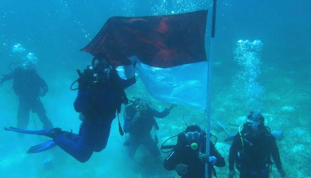 Peringatan HUT RI ke 73,  Ratusan Penyelam Kibarkan Merah Putih di Dasar Laut Wakatobi