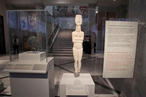 German museum returns two Cycladic artefacts to Greece