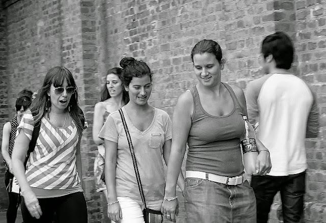 Tres mujeres caminando en Recoleta