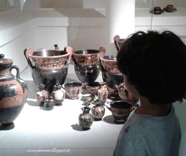 Bambino che osserva i reperti archeologici