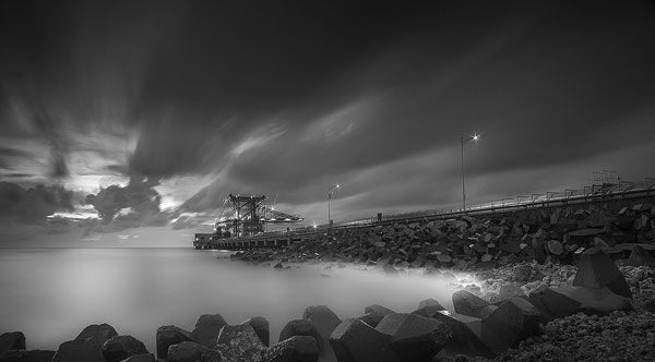 foto long exposure di dermaga hitam putih tanpa filter nd