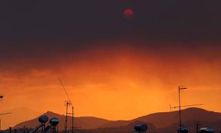 Φωτιά Εύβοια: Οι πυκνοί καπνοί από την πυρκαγιά έκρυψαν τον ήλιο στην Αττική - Eικόνες