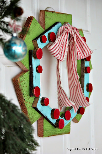 make this easy wreath from scrap wood pieces