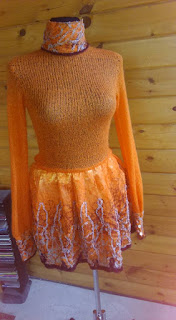 Oranžinė megzta suknelė
