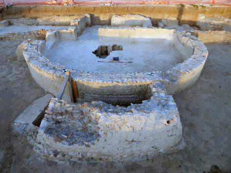 Workers unearth ancient baths and tombs in Rome