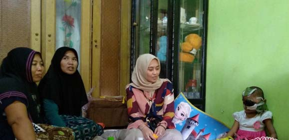 Ketua PKK Kabupaten Asahan Hj Winda Fitrika mengujungi bocah penderita tumor mata Firda Hasanah