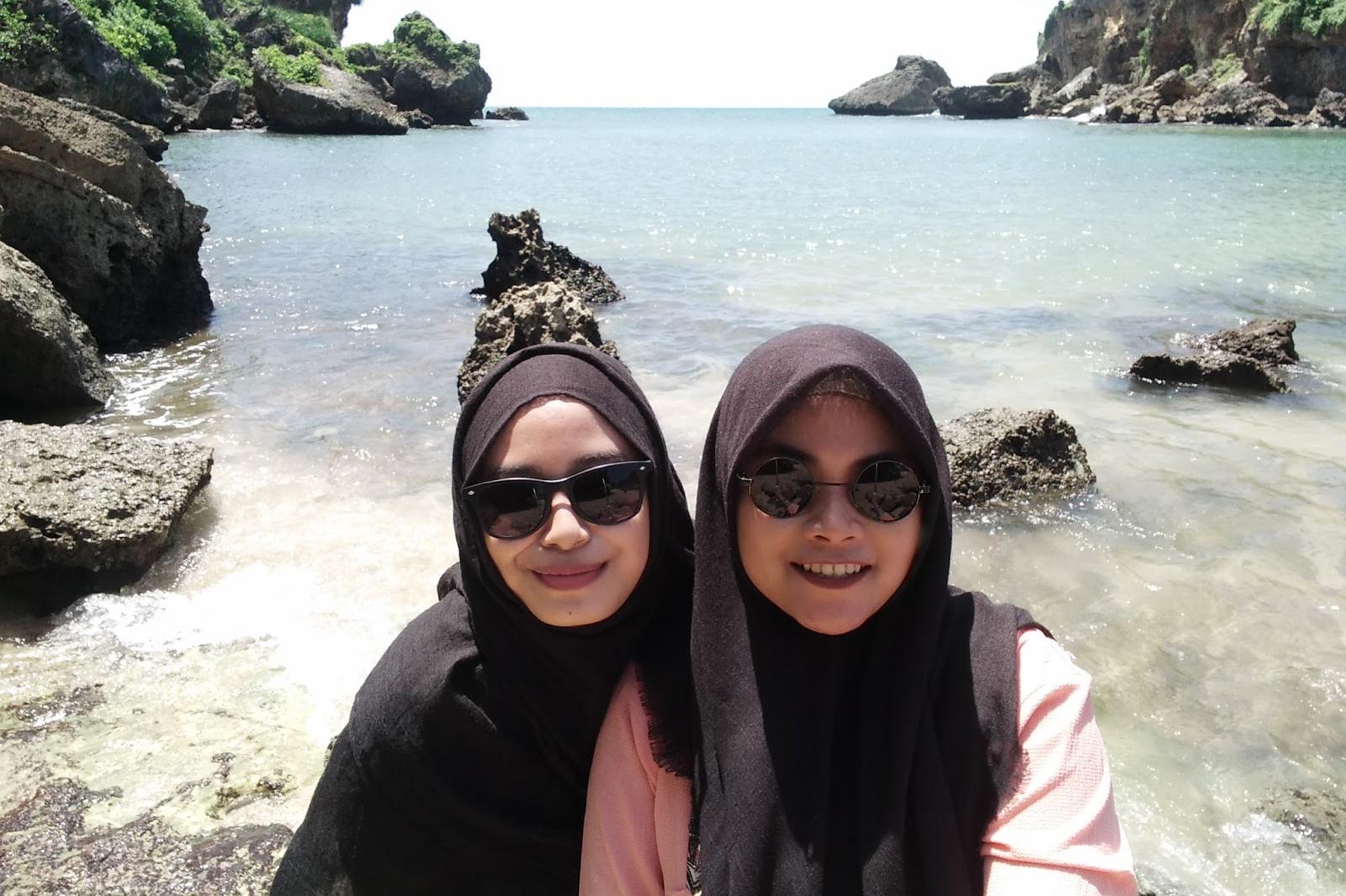 ootd hijab traveller pantai ngrenehan cewek cantik main air