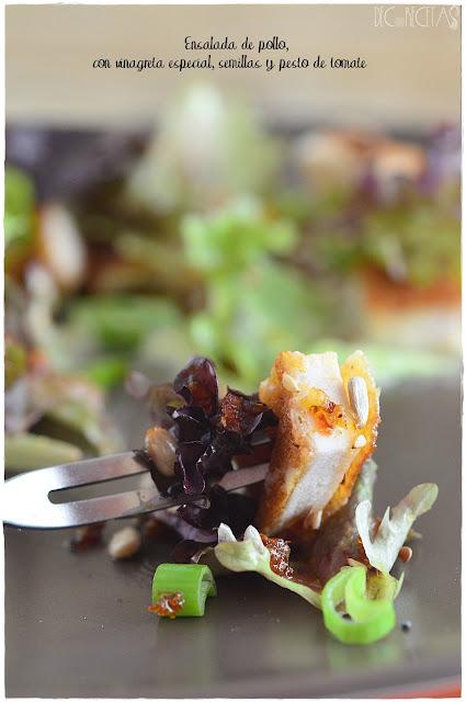 Ensalada de pollo con vinagreta especial, semillas y pesto de tomate