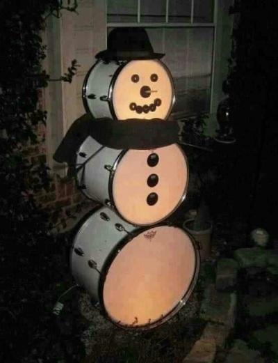 Snowman terbuat dari drum, lucu.