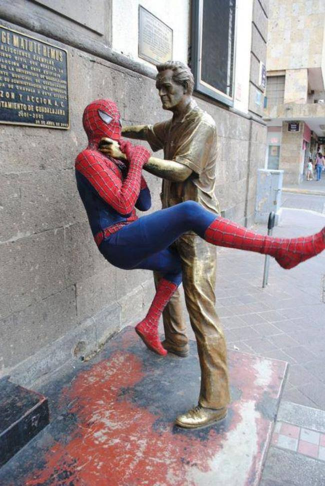 10-Kaneda-Funny-Photographs-with-Statues-and-Sculptures-www-designstack-co