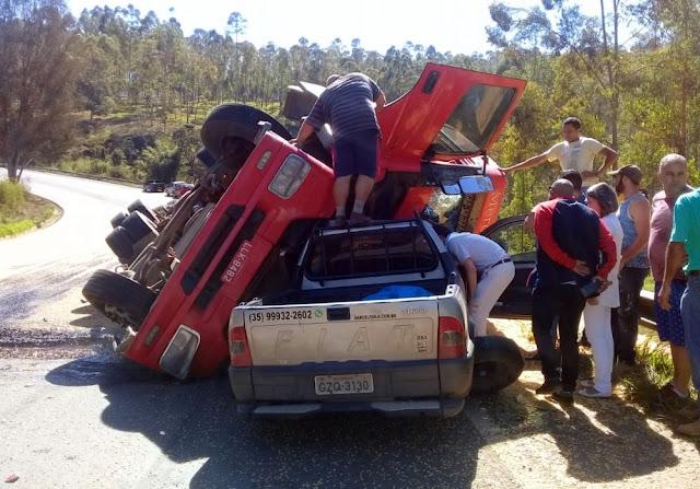 Carreta tomba sobre caminhonete e 2 pessoas ficam feridas na BR-491, em Paraguaçu (Foto: Lucas Magalhães / EPTV)