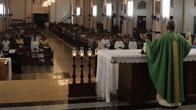 Un sacerdote católico filipino es detenido de camino a un motel con una niña de 13 años