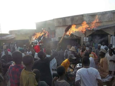 """<img src="""" 2019-general-election-seems-to-have-stated-in-earnest-as-APC-members-in-Bakin- Kasuwa,-Zaria-burn-their-brooms,-signaling-their-switch-to-PDP .gif"""" alt="""" 2019 general election seems to have stated in earnest as APC members in Bakin Kasuwa, Zaria burn their brooms, signaling their switch to PDP > </p>"""
