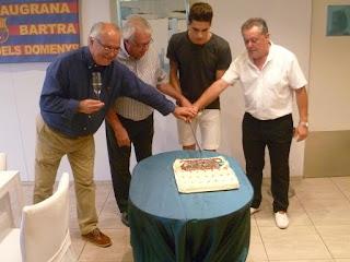 Esguard de Dona - Marc Bartra tallant el pastis d'aniversari, junt amb el president la Penya, Josep Sadruní;  el vicepresident de la Penya, Joan Palau i  l'alcalde de Sant Jaume dels Domenys, Magí Pallarès