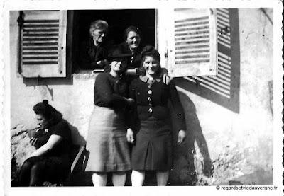 Photo de famille noir et blanc, jeunes femmes