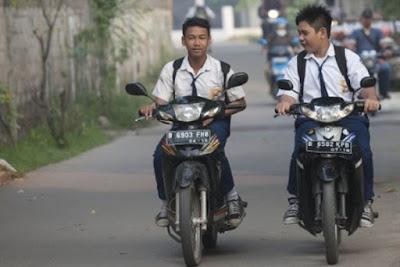 siswa menggunakan sepeda motor ke sekolah