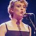 Cantora francesa morre eletrocutada no palco, durante show em igreja