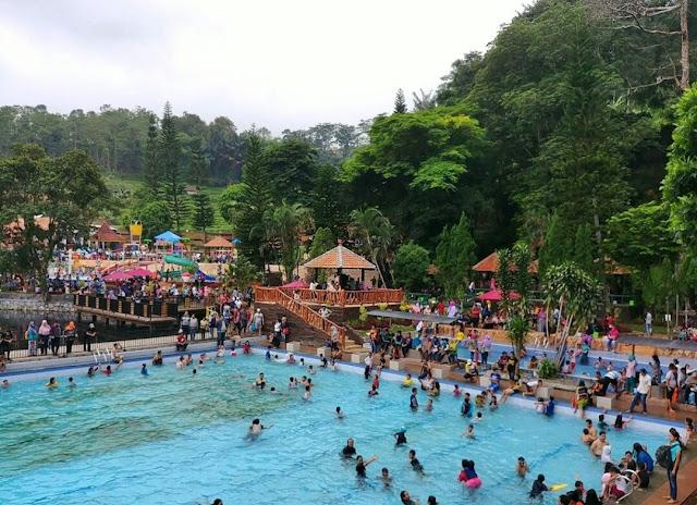 Suasana pemandian Ubalan Waterpark ketika liburan panjang
