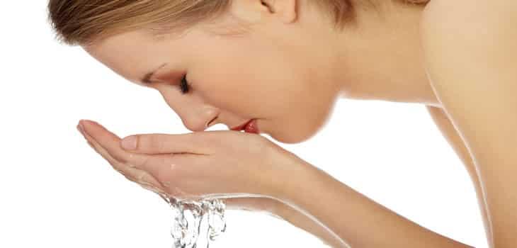 غسل الوجه بالماء