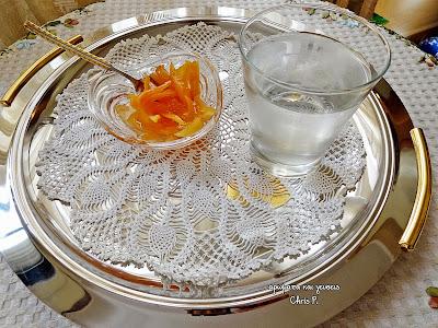 Αρωματικό γλυκό κουταλιού κυδώνι σερβιρισμένο σε δίσκο ανοιξείδωτο με πολυ ωραιο πλεκτο πετσετακι και ενα ποτηρι κρυο νερο συνοδεια