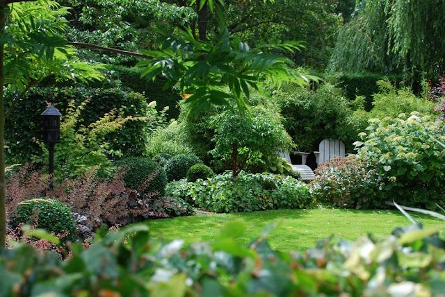 Rominndeling og blomsterbed i Marias hage