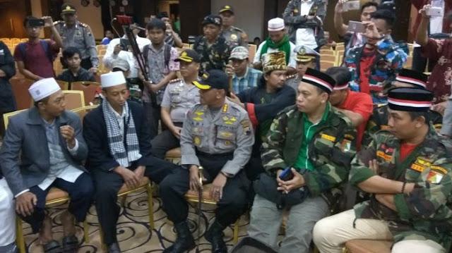 Polisi dan Banser Bubarkan Forum Khilafah Indonesia yang digagas HTI di Hotel Grasia