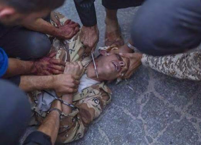 حقيقة «ذبح» أحد الجنود الأتراك على جسر «البوسفور» بعد انتشار صورة لبعض الأتراك أثناء ذبحهم لأحد جنود الإنقلاب بعد أن سلم نفسه وسلاحه