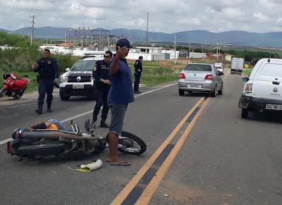 Mototaxista fica ferido em acidente entre moto e carro em Acopiara-CE